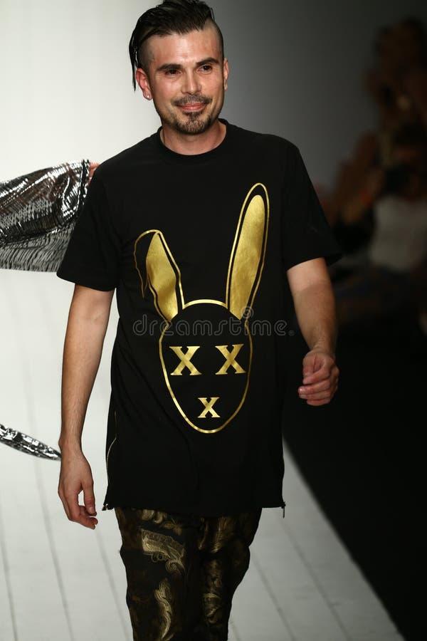 Formgivaren Eric Rosette går landningsbanan under den MisterTripleX modeshowen royaltyfria bilder