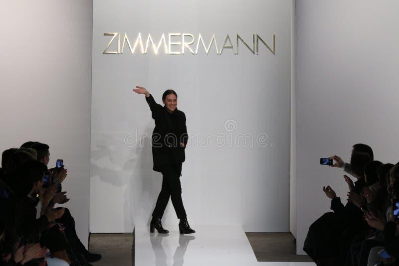 Formgivaren Nicky Zimmerman går landningsbanan på den Zimmermann modeshowen under Mercedes-Benz Fashion Week Fall 2015 royaltyfria foton