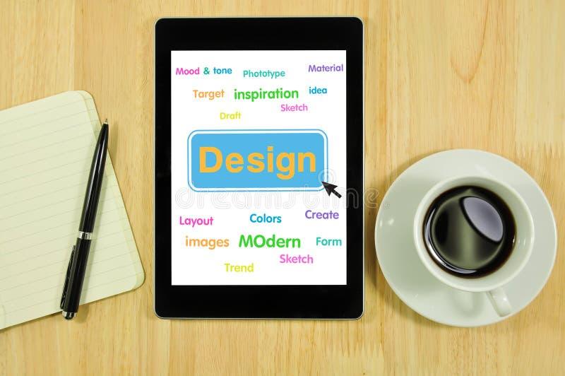 Formgivares skrivbord med designbegrepp på minnestavlan arkivbilder