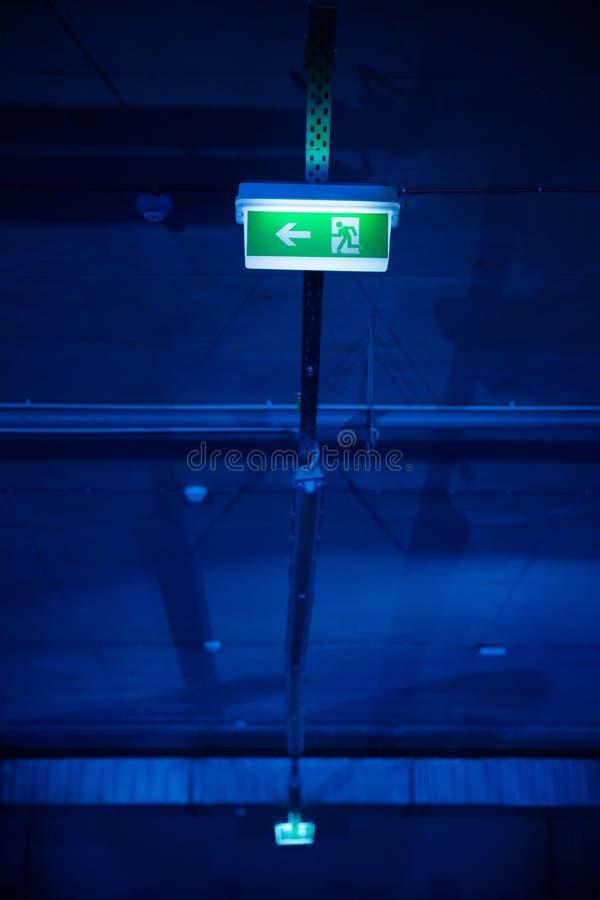 Formiga de incandescência do símbolo do sinal da saída a garagem de estacionamento subterrânea fotografia de stock