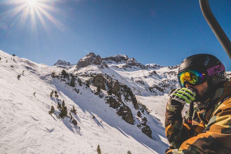Formigal, Espagne - 23 février 2019 : Vue d'un garçon dans un télésiège en Formigal Ski Resort, Pyrénées, Espagne photographie stock