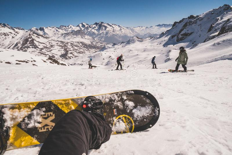 Formigal, Espagne - 23 février 2019 : Vue du surfeur, selfie avec le conseil sur les pentes de ski photos libres de droits