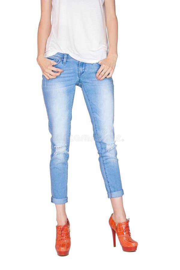 Formschöne weibliche Beine gekleidet in den Blue Jeans lizenzfreie stockfotos