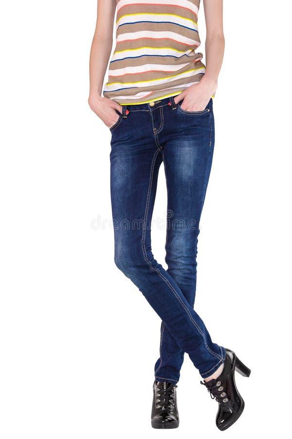 Formschöne weibliche Beine gekleidet in den dunkelblauen Jeans lizenzfreies stockbild
