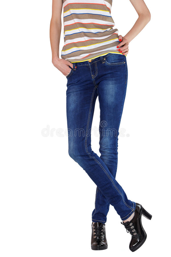 Formschöne weibliche Beine gekleidet in den dunkelblauen Jeans lizenzfreie stockfotografie