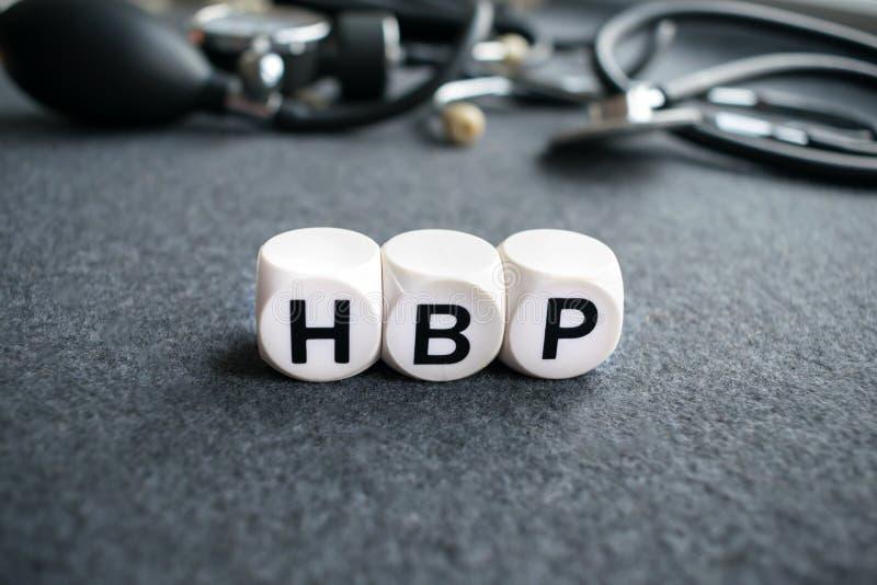 Formułuje kierowego nadciśnienie HBP od trzy białych sześcianów z listami zdjęcia stock