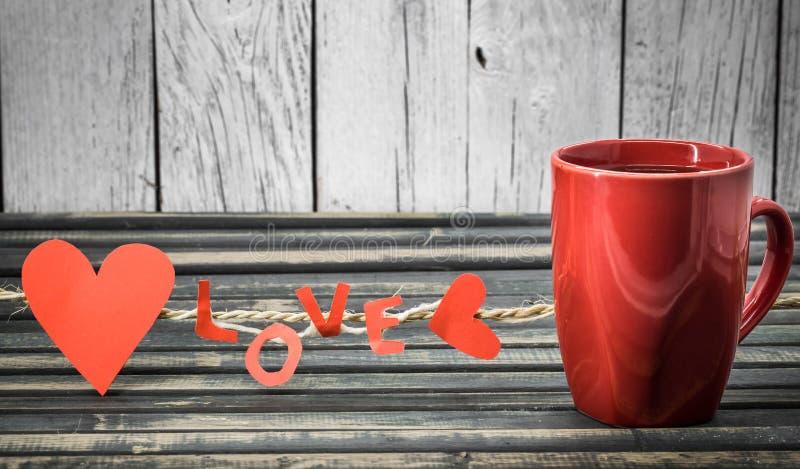 formułuje miłości robić papierowa i czerwona filiżanka obraz royalty free