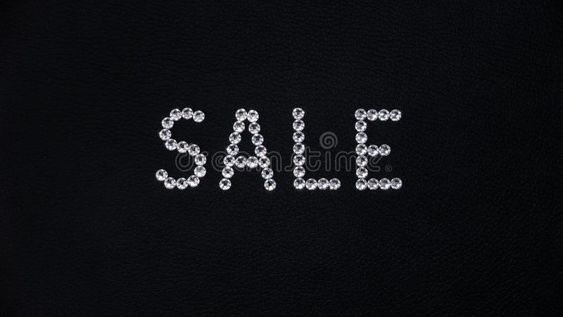 Formułuje sprzedaż robić błyszczący biali swarovski kryształy umieszczający na czarnej skórze royalty ilustracja