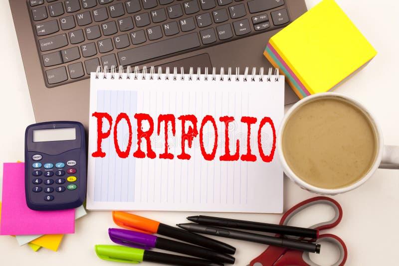 Formułuje writing portfolio w biurze z laptopem, markier, pióro, materiały, kawa Biznesowy pojęcie dla Biznesowego marketingu pro obrazy royalty free