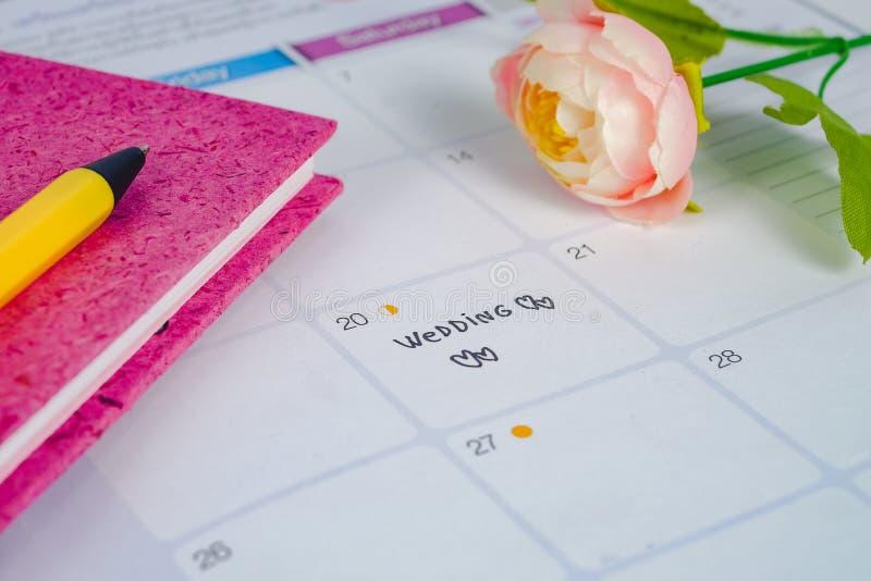 Formu?uje ?lub przypomnienia dzie? ?lubu w kalendarzowym planowaniu i pisze z sercem obraz stock