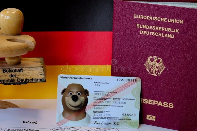 Formulário de candidatura alemão do passaporte com passaportes imagens de stock