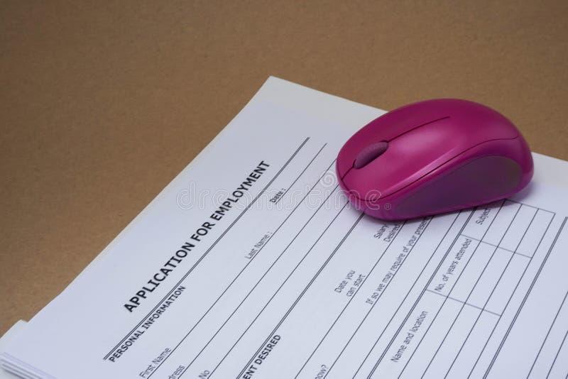 Formulário de candidatura a cargo com um rato roxo imagens de stock