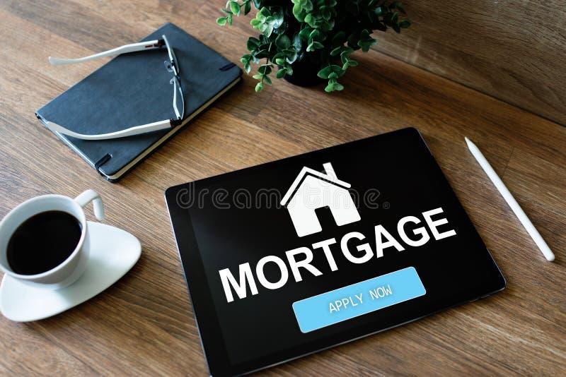Formulário de candidatura online da hipoteca na tela do dispositivo Conceito do negócio e da finança imagens de stock royalty free