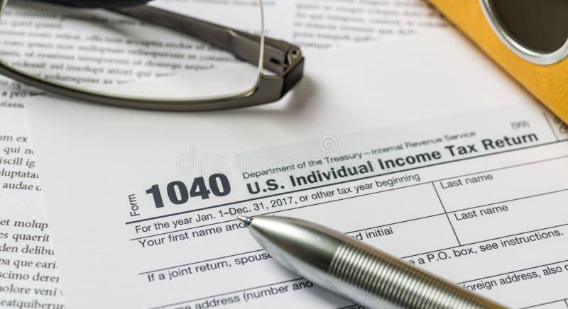 Formulário de declaração de rendimentos com uma pena em uma mesa foto de stock