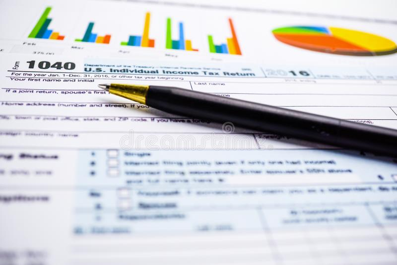 Formulário de declaração de rendimentos 1040 e cédula do dólar: U S Renda individual fotos de stock