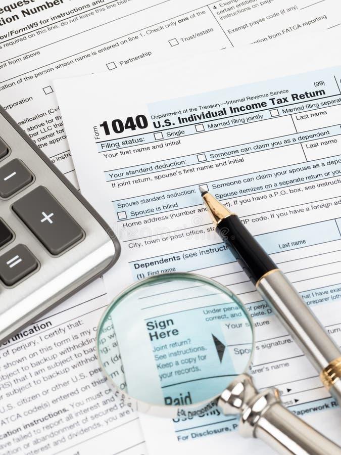 Formulário de declaração de rendimentos individual pelo IRS, conceito da renda para a tributação imagens de stock