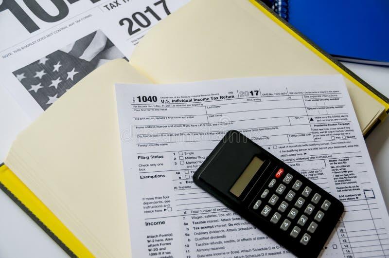Formulário de imposto 1040, cadernos e uma calculadora imagem de stock