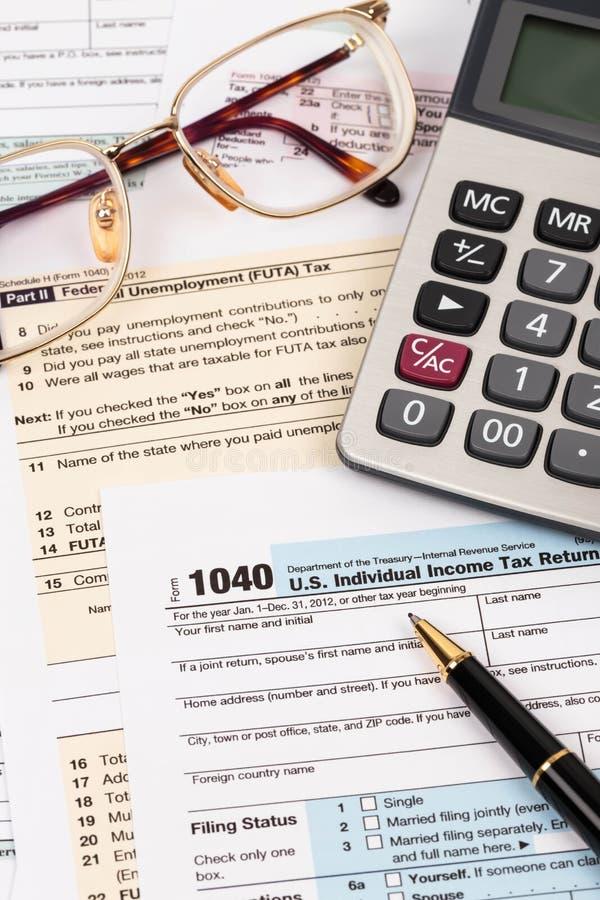 Formulário de imposto com pena, calculadora, e vidros imagens de stock royalty free