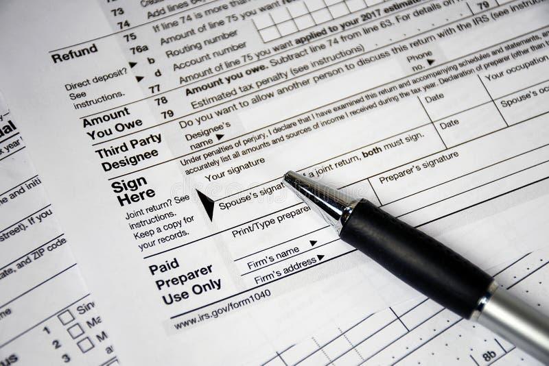 Formulário de imposto da renda da pena de ponto de bola 1040 imagem de stock