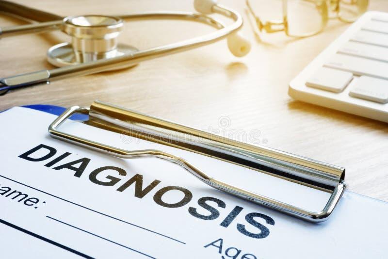 Formulário do diagnóstico em uma mesa do hospital Medicina ou cuidados médicos imagens de stock