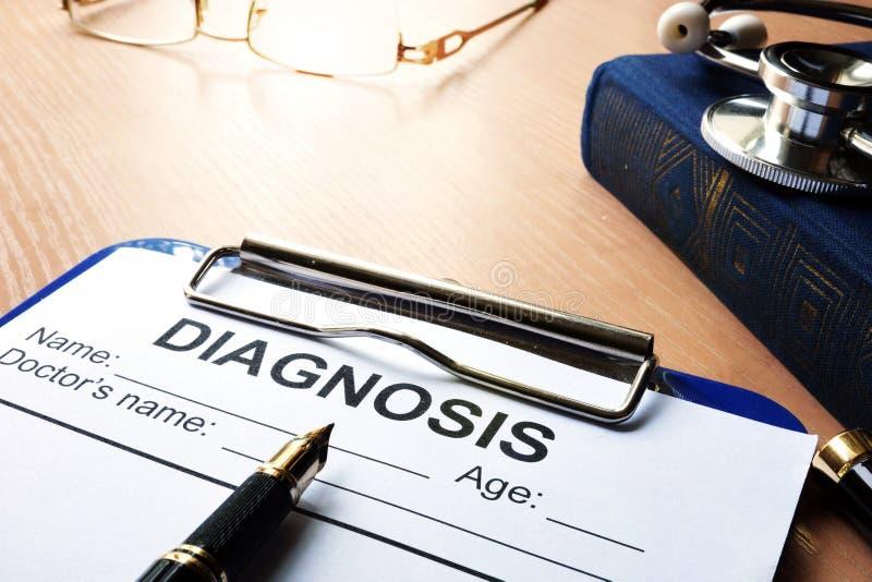 Formulário do diagnóstico médico em uma prancheta imagens de stock