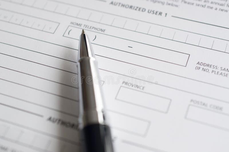 Formulário e pena vazios de pedido de crédito foto de stock royalty free