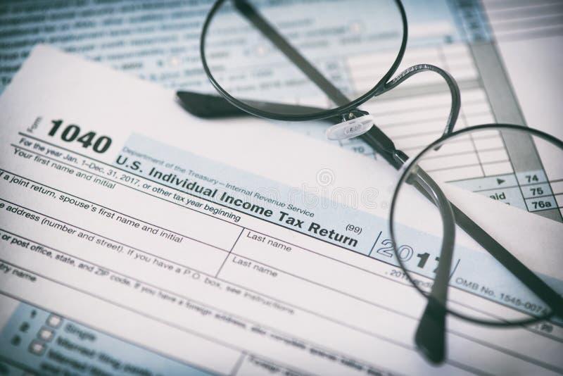 Formulário e vidros de imposto dos E.U. Conceito da finança foto de stock