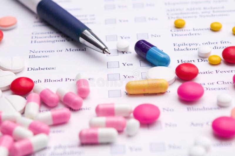 Formulário médico com comprimidos foto de stock royalty free