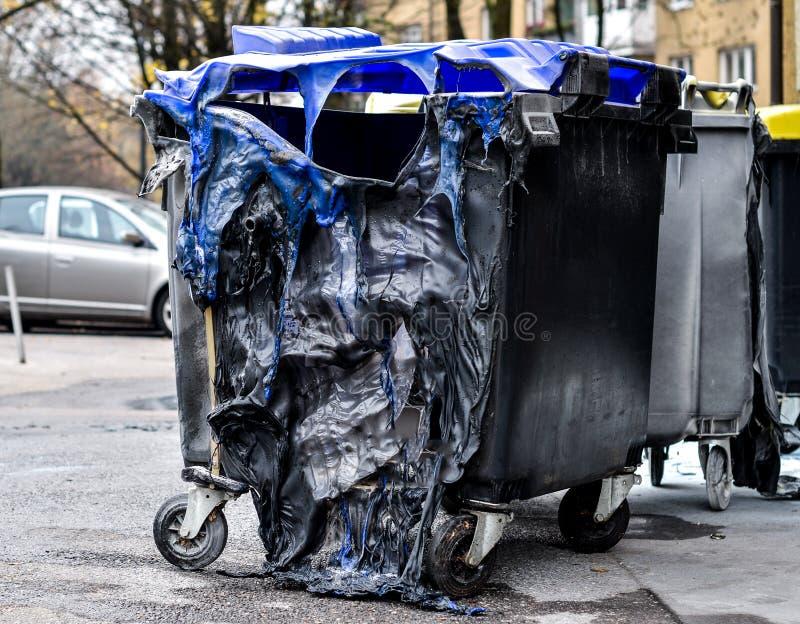 Formulário queimado e derretido do balde do lixo um fogo foto de stock royalty free