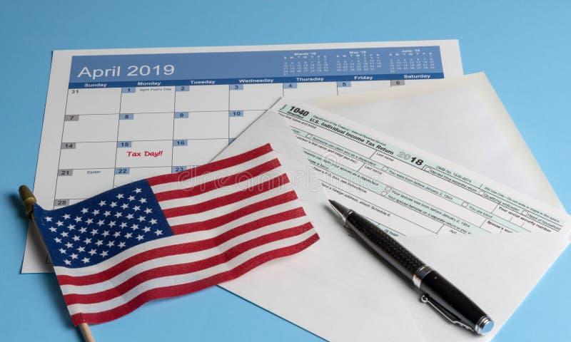 Formulário 1040 simplificado no envelope do cartão para impostos de arquivo fotografia de stock