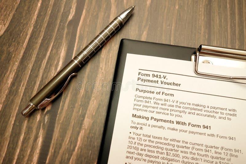 Formulário 941 v, comprovante do pagamento e pena na mesa de madeira foto de stock