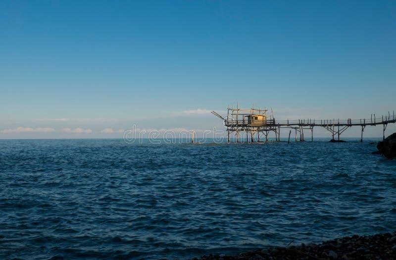 Formulário visto Trabocco a praia, no por do sol imagem de stock royalty free