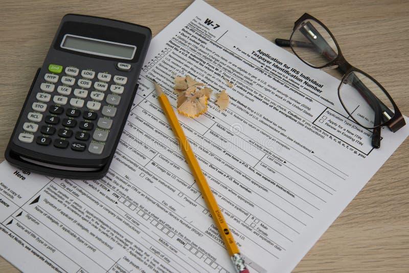 Formulários de imposto com calculadora e lápis e vidros imagens de stock