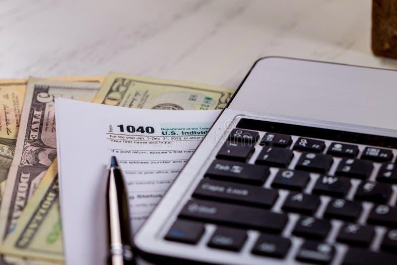Formulários de imposto 1040 com U Dólares dinheiro de S e teclado de computador imagens de stock royalty free