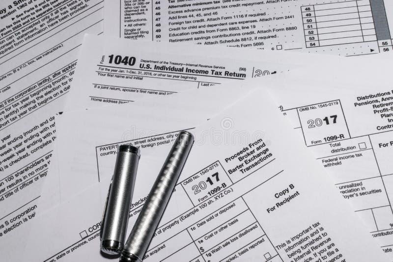 Formulários de imposto 1040 e 1099-B do IRS imagem de stock royalty free