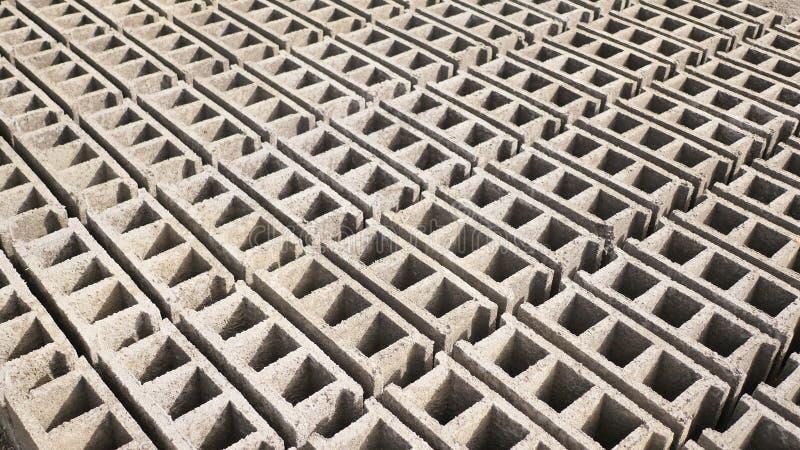 Formulários do tijolo Produção de tijolos da cinza vulcânica na cidade filipino de Legazpi Tiro no movimento foto de stock royalty free