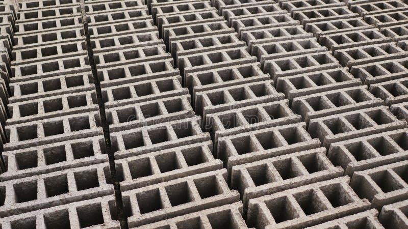 Formulários do tijolo Produção de tijolos da cinza vulcânica na cidade filipino de Legazpi Tiro no movimento imagens de stock