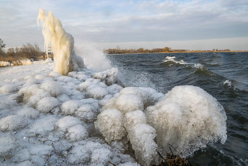 Formulários e esculturas estranhos do gelo na costa de um lago holandês fotografia de stock