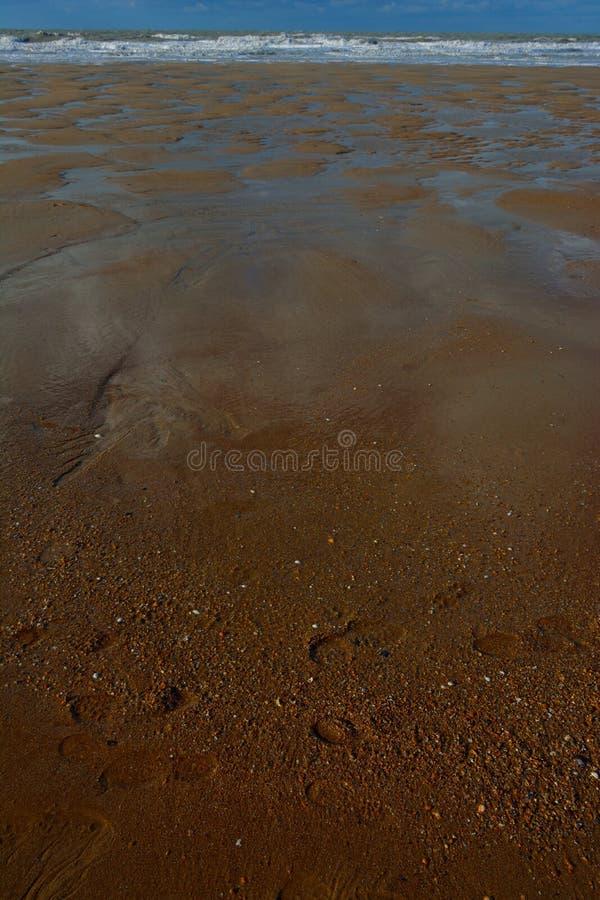 Formulários naturais feitos da areia e da água imagem de stock