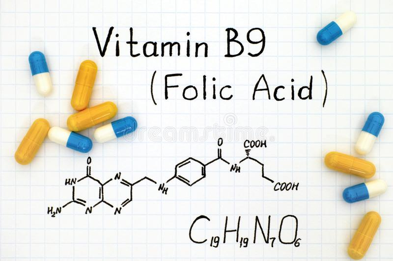 Formula chimica dell'acido folico della vitamina B9 con le pillole fotografia stock libera da diritti