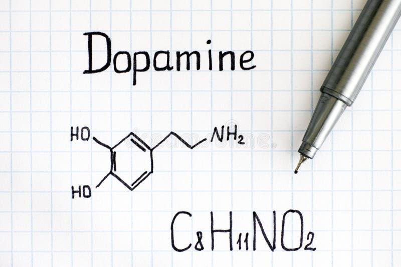 Formula chimica di dopamina con la penna fotografie stock