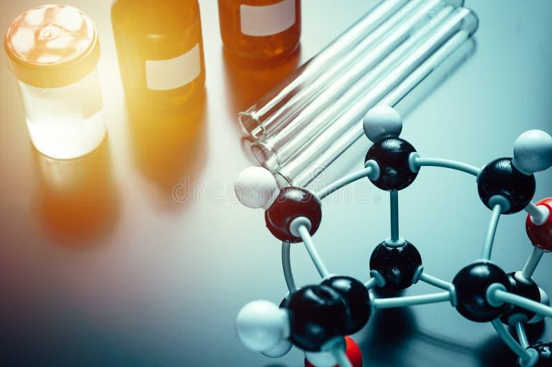 Formula molecolare ed attrezzatura di laboratorio su un fondo blu Concetto di chimica organica di scienza fotografia stock libera da diritti