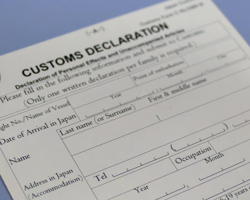 Formulaire de déclaration en douane au compteur d'aéroport photos libres de droits
