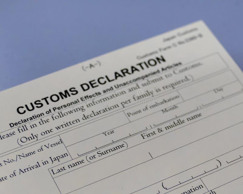 Formulaire de déclaration en douane au compteur d'aéroport photo stock