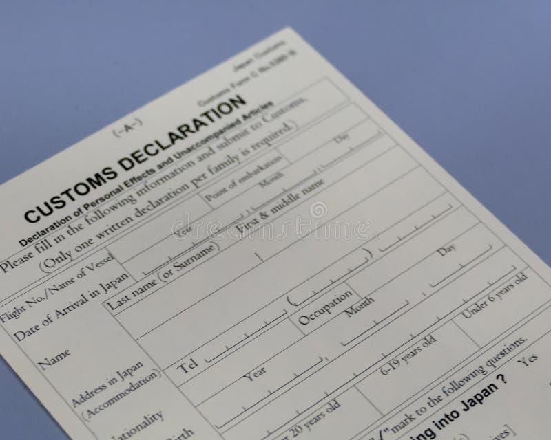 Formulaire de déclaration en douane au compteur d'aéroport photos stock