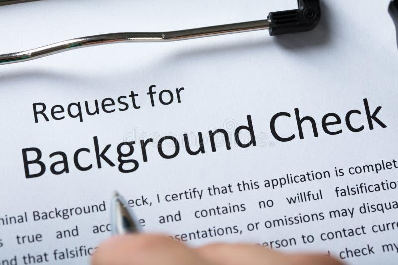 Formulaire de demande criminel de vérification des antécédents avec le stylo photos stock