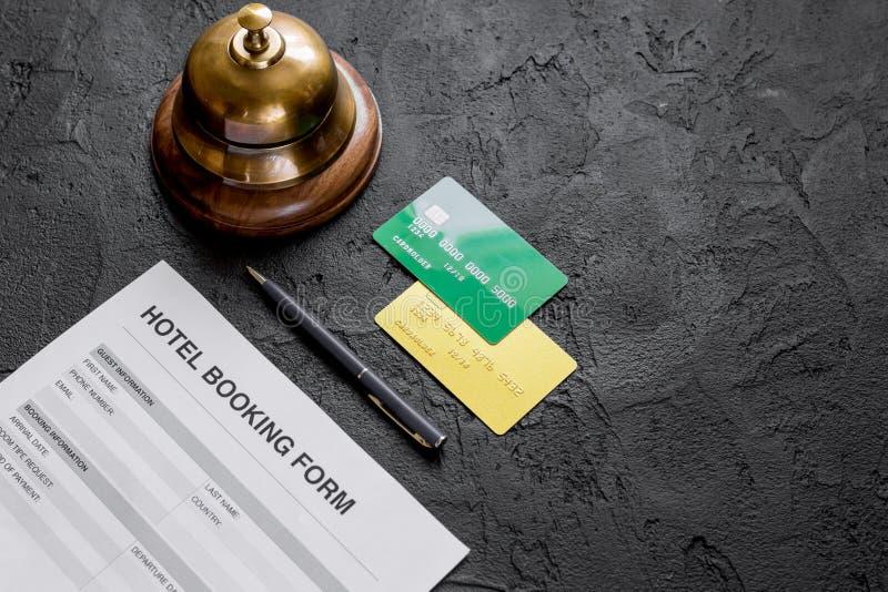 Formulaire de demande de chambre d'hôtel de réservation et moquerie sombre de fond de bureau d'anneau  photo libre de droits