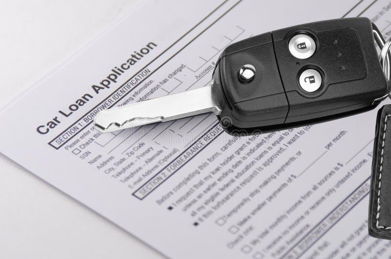Formulaire de demande de prêt automobile avec des clés photos stock