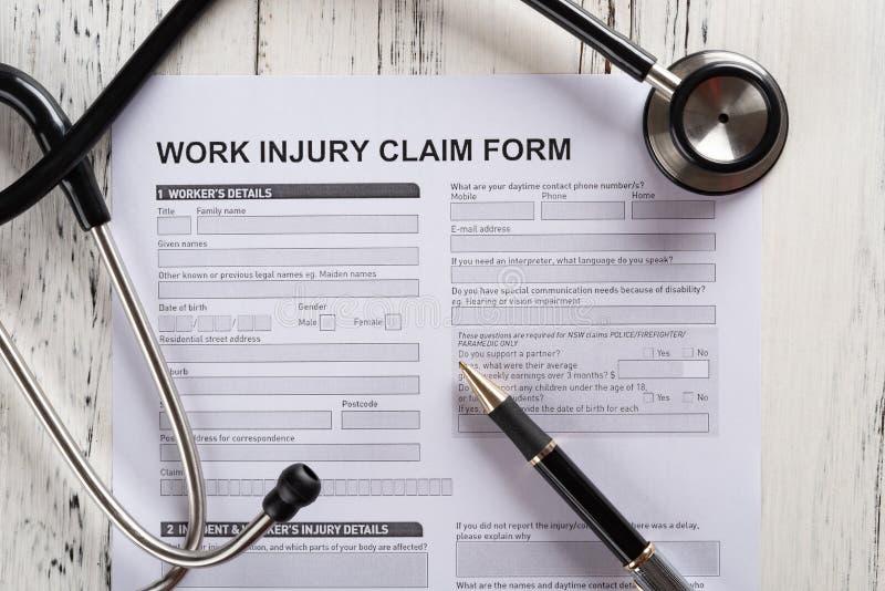 formulaire de réclamation de blessure de travail de vue supérieure avec le stéthoscope médical et le concept d'assurance photo stock