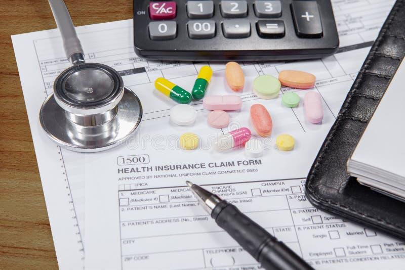 Formulaire de réclamation d'assurance médicale maladie avec des drogues photos libres de droits